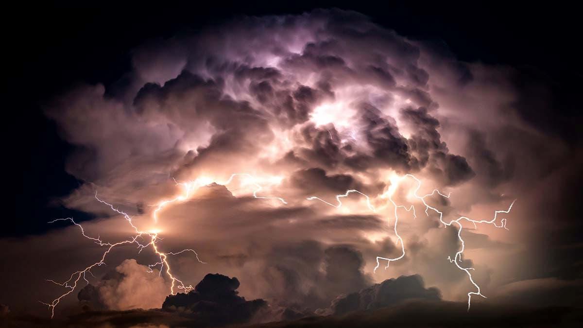 雷が怖いのに雷が鳴った時の対処法をわかりやすく解説